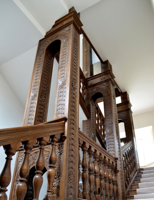 Hand Carved Oak Staircase with Turned Balusters and Heavy sectioned Handrails