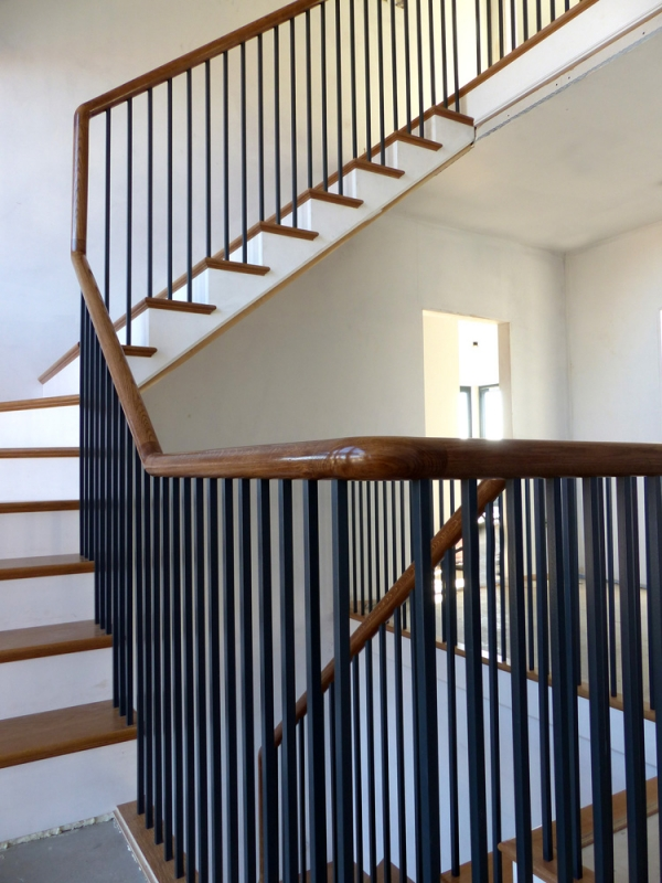 Contemporary Oak Staircase with Continuous Handrail